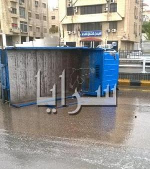 بالصور .. تدهور مركبة بالقرب من دوار المدينة