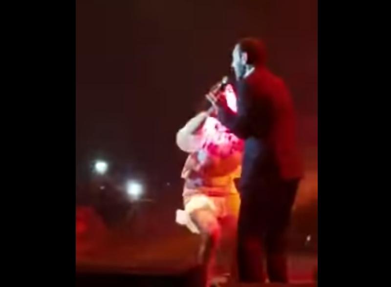 بالفيديو  ..   فتاة تقتحم مسرح كاظم الساهر وتحتضنه