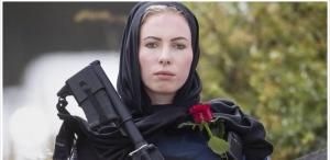 بالحجاب والسلاح والورد  ..  هكذا أثارث الحسناء النيوزيلندية إعجاب العالم