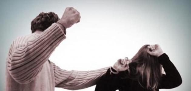 """أردني يضرب زوجته بـ""""لوح زجاجي"""" لرفضها """"ديناره الوحيد"""" لعلاج ابنهما"""