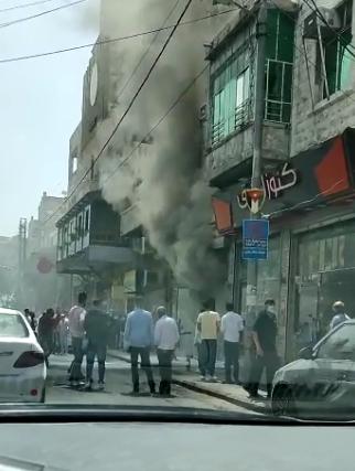 بالفيديو ..  حريق يلتهم محل تجاري في وسلط البلد