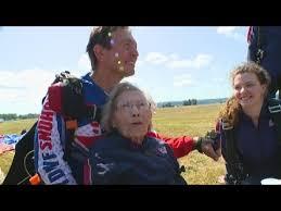 بالفيديو  ..  دخلت سجل غينيس ..  عجوز عمرها 103 أعوام تقفز من طائرة