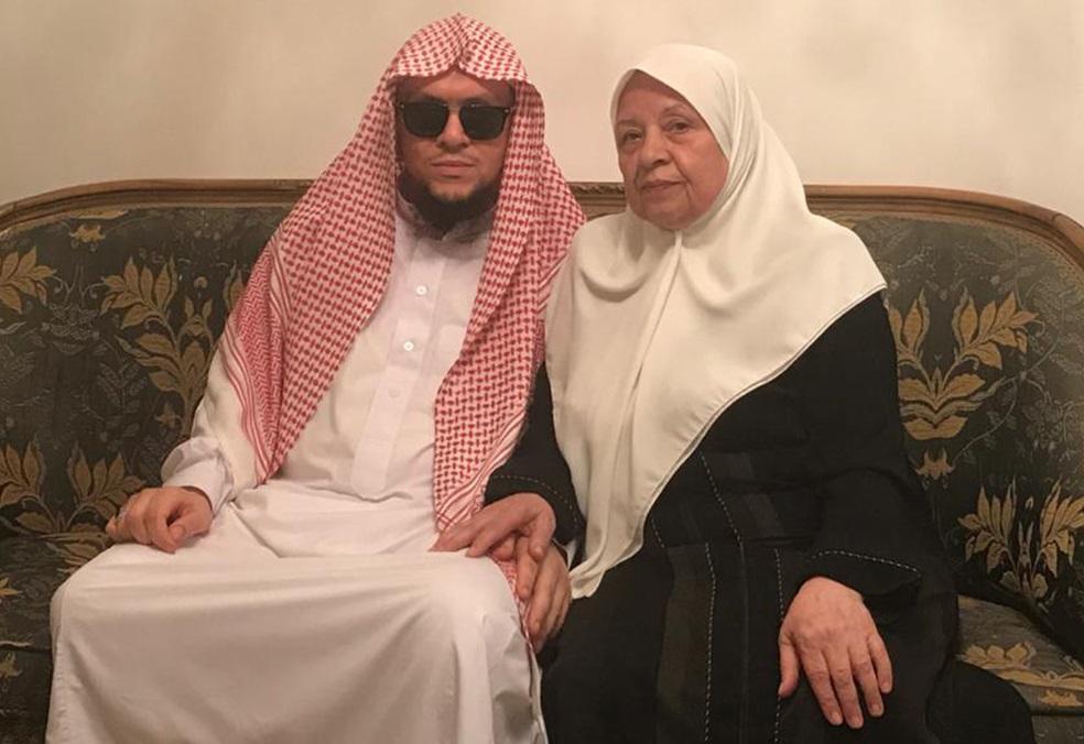 الستينية أم حاتم ترافق ابنها الضَّرير 48 شهرًا حتى نيل درجة الماجستير ..  تفاصيل