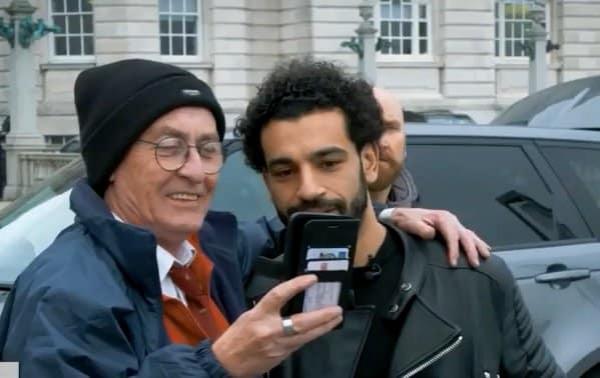 بالفيديو :كيف يتعامل محمد صلاح مع من يريد التقاط صورة معه؟