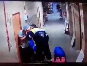 فيديو :  مُسعف في مستشفى يضرب بعنفٍ امرأةً حاملاً في بطنها!