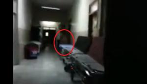 بالفيديو.. كان يصوّر في ممرّ خال في المستشفى .. وبالصدفة التقط شيئا مرعبا
