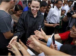 بالصور.. أنجلينا جولي في زيارة إنسانية لتفقد أوضاع مسلمي بورما