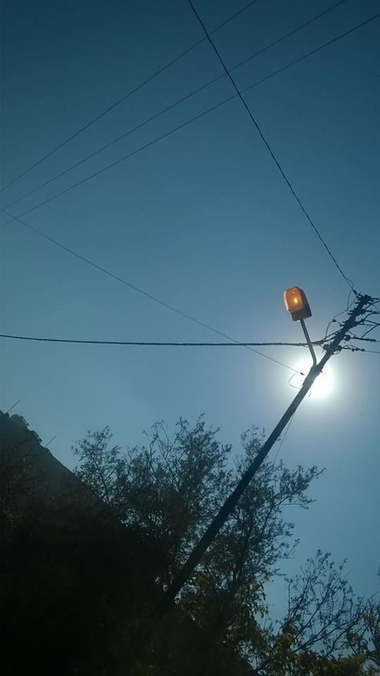 """جرش : انارة الاعمدة الكهربائية مضاءة في وضح النهار  """" صورة """""""