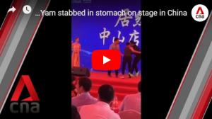 بالفيديو ..  نجم شهير يتعرض للطعن على خشبة المسرح