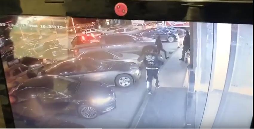 بالفيديو ..  لحظة طعن ثلاثة أحداث على طريق المطار