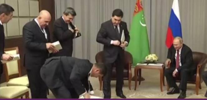 بالفيديو  :الرئيس التركماني يهدي بوتين جرواً احتفالاً بعيد ميلاده ال 65