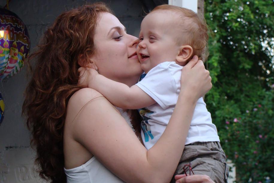 أم مكلومة تروي القصة المرعبة لمقتل ابنها على يد والده