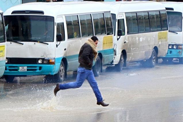 ذروة العاصفة الشتوية صباح اليوم : طقس بارد وأمطار رعدية غزيرة