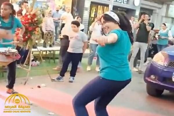شاهد ..  وصلة رقص جريئة لفتيات وسط الشارع أثناء افتتاح محل في مصر