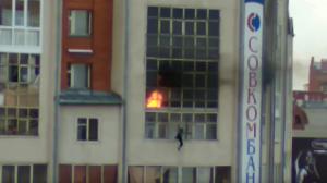بالفيديو.. طفل يقفز من الطابق السابع هرباً من حريق منزله فيلتقطه المارة بالشارع