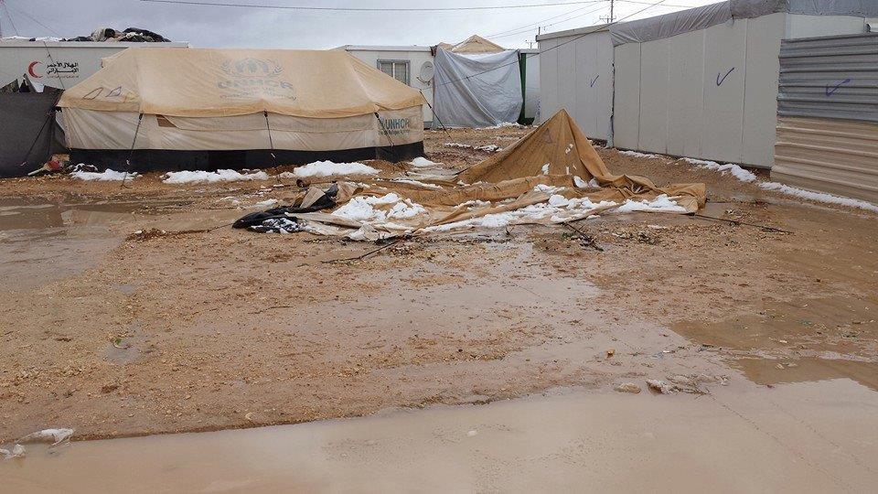 تأمين عشرات اللاجئين السوريين بعد مداهمة مياه الامطار لخيمهم في معان