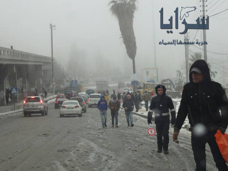 بالصور.. رجال السير يواصلون عملهم ويشاركون بفتح الطرق في عمان
