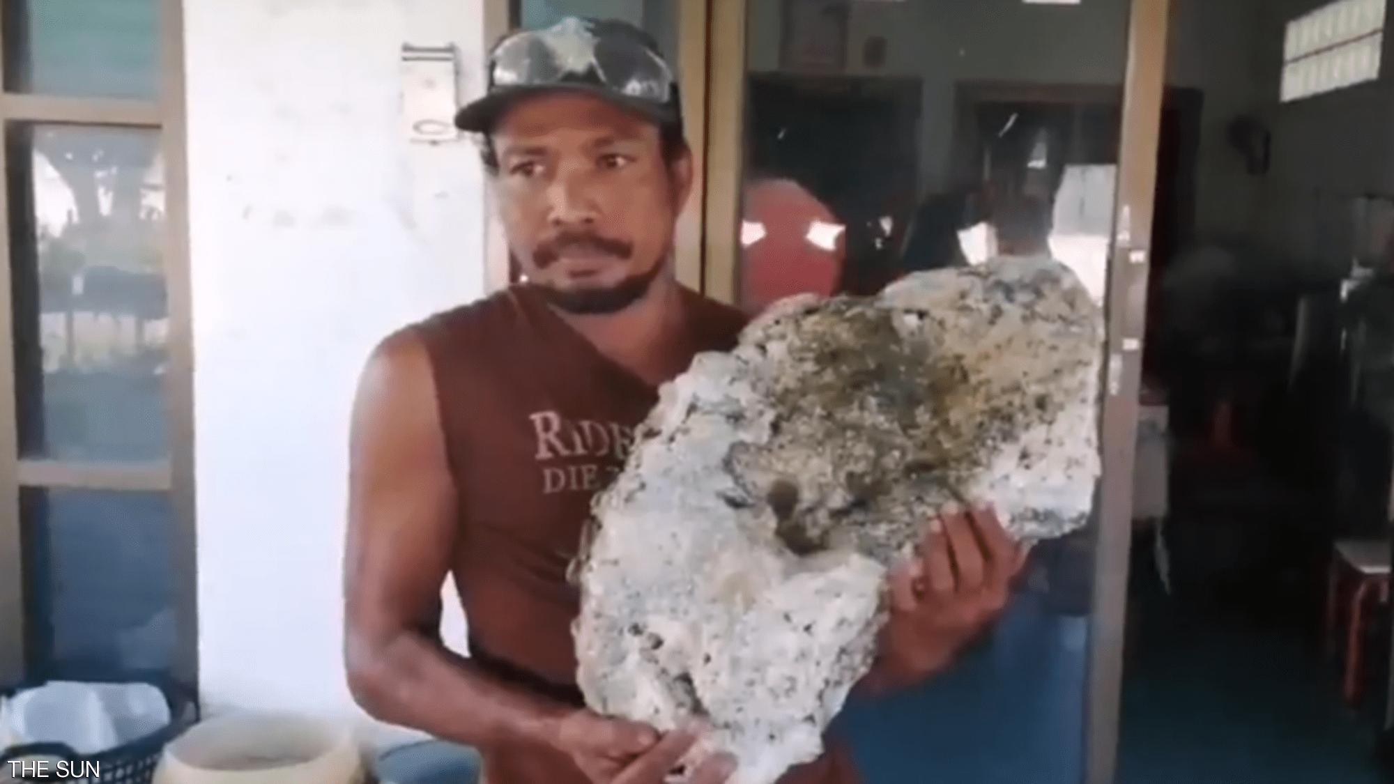 عامل نظافة تايلاندي يعثر على كنز بآلاف الدولارات