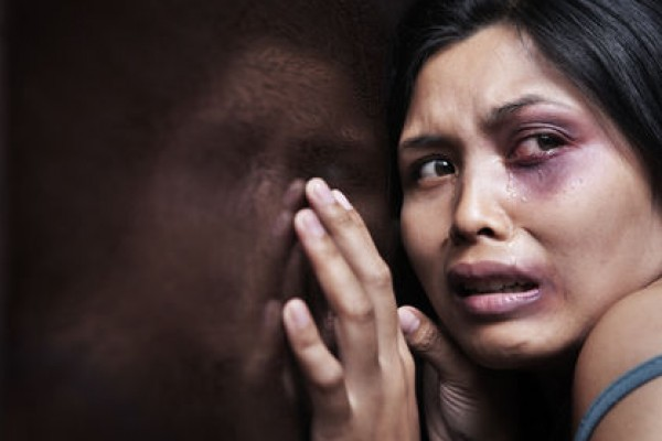شاب يقتل فتاة ويفقأ عينها