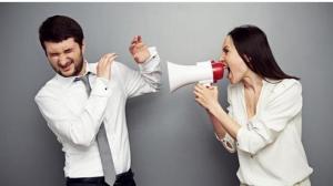 دراسة: المرأة تقضي 8 آلاف دقيقة سنوياً في إزعاج زوجها!