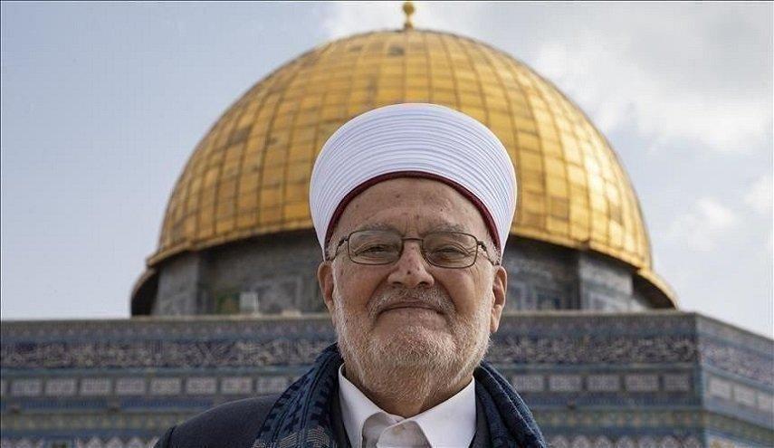 مخابرات الاحتلال تسلم الشيخ عكرمة صبري قراراً يقضي بمنعه من السفر مدة 4 أشهر