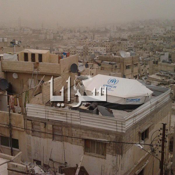 إرتفاع الإيجارات تدفع اللاجئين السوريين لنصب خيمهم فوق أسطح المنازل وفي الساحات العامة