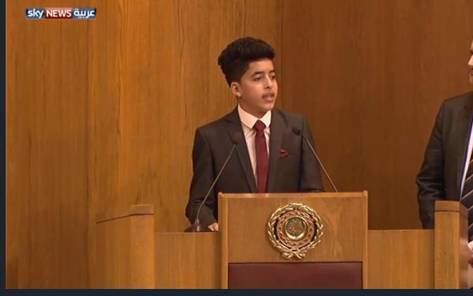 بالفيديو :من هو الفتى الذي خطف الأنظار في اجتماع الجامعة العربية؟