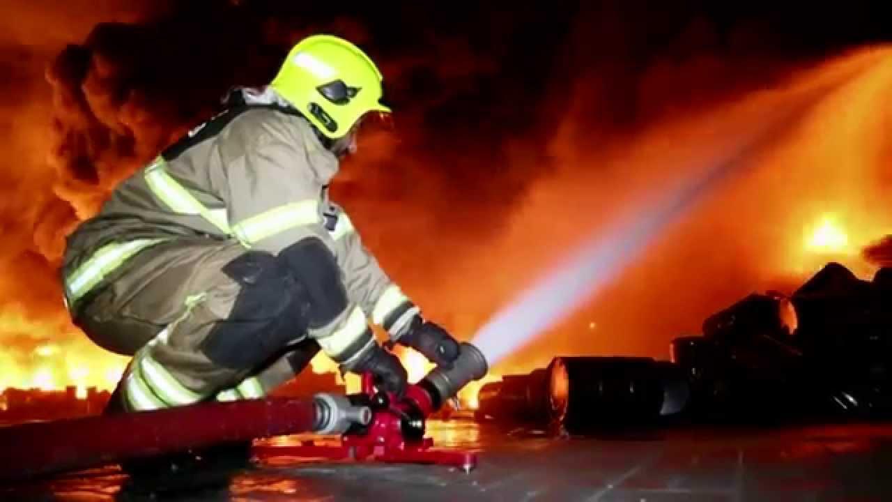 الدفاع المدني يخمد حريق مستودع للإسفنج في محافظة العاصمة