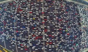 بالفيديو.. طريق الـ 50 حارة بالصين يكتظ بآلاف السيارات