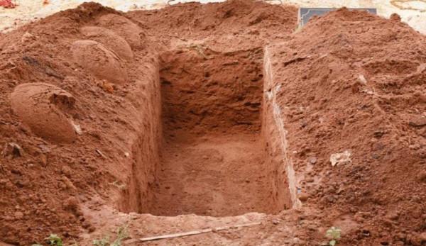 فتح قبر شهيد بعد 27 عاماً بفلسطين  ..  وهذا ما عثر عليه والده  .. صورة