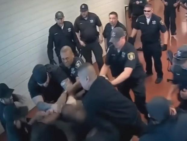 بالفيديو  ..  (20) حارس من الشرطة الامريكية لم يستطيعوا السيطرة على سجين هائج