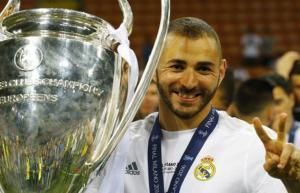 بنزيمة يكشف حقيقة رحيله عن ريال مدريد