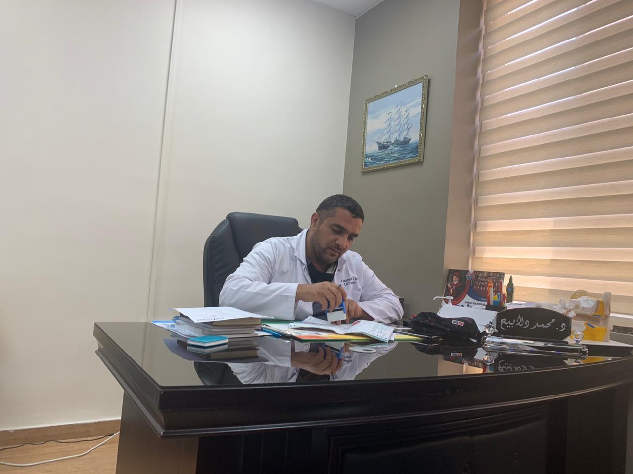 الدكتور محمد الدلابيح ..  الطبيب الذي يداوي مرضاه بوجه بشوش دون كلل