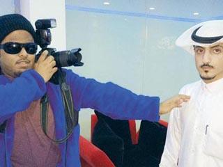 كفيف سعودي يلتقط الصور بأذنه