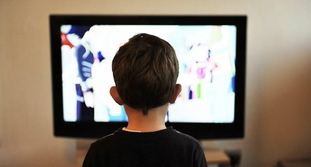 طبيب يكشف عن مخاطر ترافق الأطفال مدى حياتهم بسبب جلوسهم أمام التلفاز لساعات طويلة