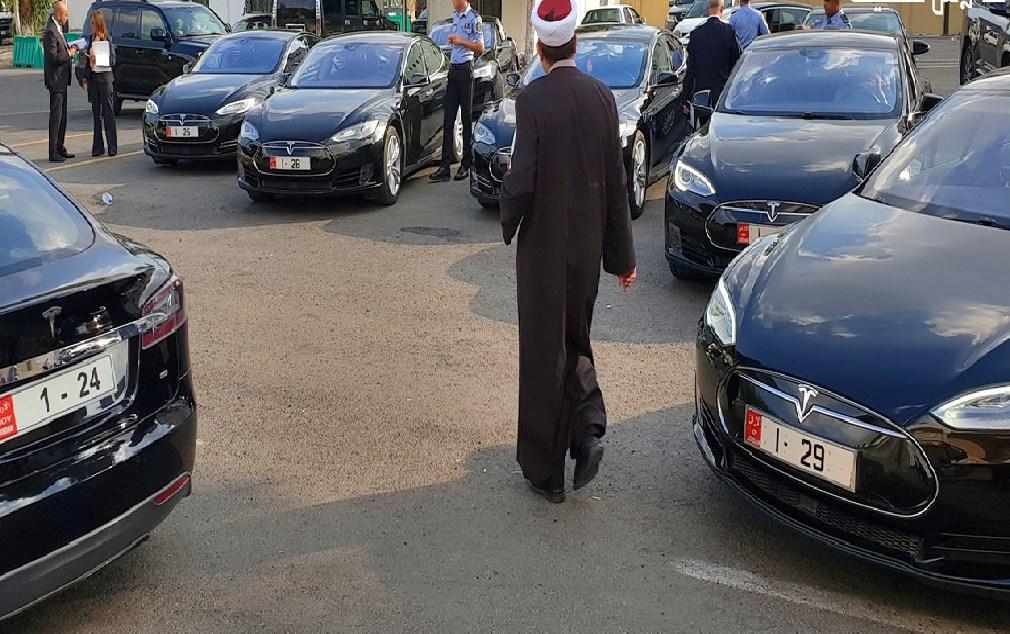 شاهد  ..  نصف مليون دينار قيمة (8) سيارات تيسلا ظهرت في صورة ضجت بها مواقع التواصل الاجتماعي