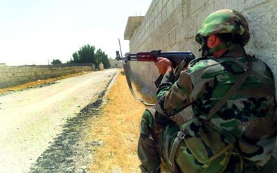 بالفيديو .. عنصر في الجيش السوري يوجه رسالة لوالدته قبل وصول الثوار إليه بلحظات