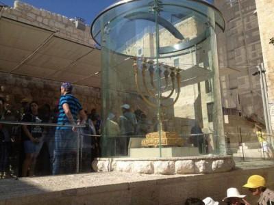 بالصور ..  مستوطنون وينيرون شمعدان الهيكل  بعد اقتحام الاقصى