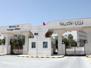 الخارجية تنجح بإخلاء 48 مواطنا من اليمن
