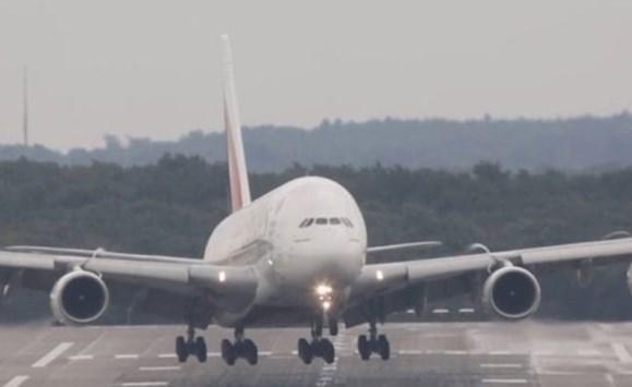 تصرف امرأة يربك طائرة ركاب ..  ويجبر سلاح الجو على التدخل