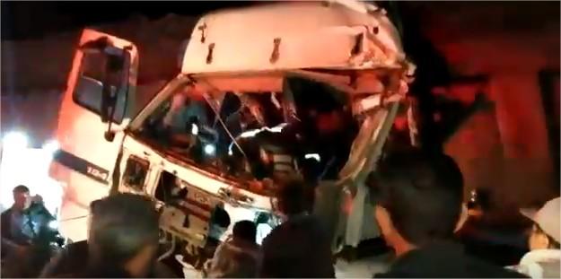 بالفيديو  ..  اصابة شخص في حادث تصادم مروع بين شاحنتين في معان