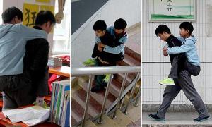 بالصور: صيني يحمل صديقه المريض على ظهره إلى المدرسة منذ 3 سنوات
