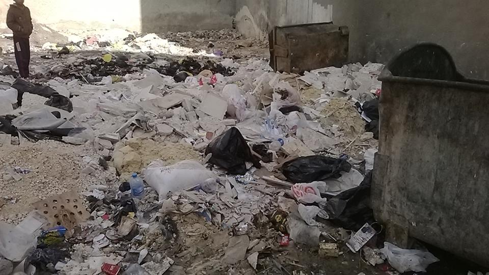 بالصور: المفرق ..تراكم النفايات و انتشار الروائح الكريهة في المجمع الشرقي