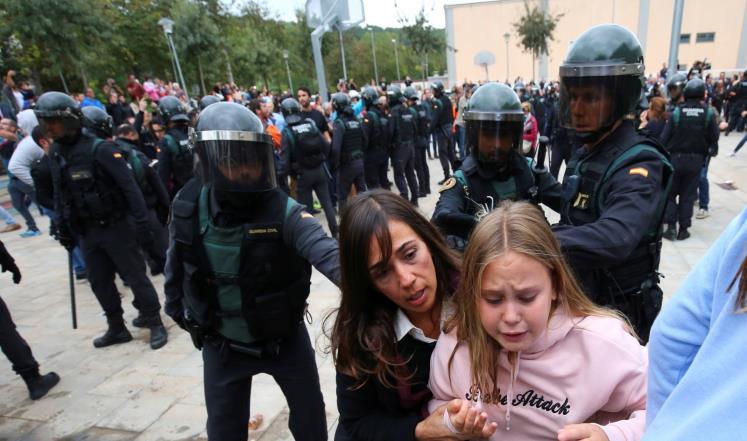 بالصور ..  مواجهات في برشلونة بين الشرطة ومشاركين في الاستفتاء على انفصال كاتالونيا