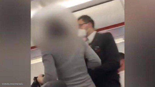 شاهدوا بالفيديو  ..  بعد صراخها: الكل يموت بكورونا أو غيرها  ..  طرد امرأة بلا كمامة من طائرة