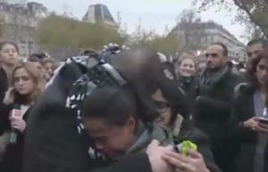 بالفيديو : شاب مسلم معصوب العينين يقول للفرنسين: هل تثقون بي؟