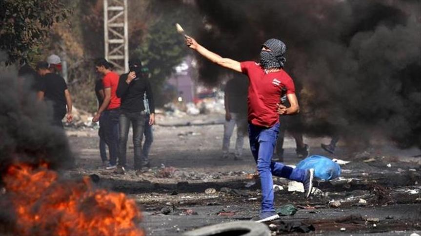فلسطينيون يحرقون مركبة إسرائيلية قرب رام الله
