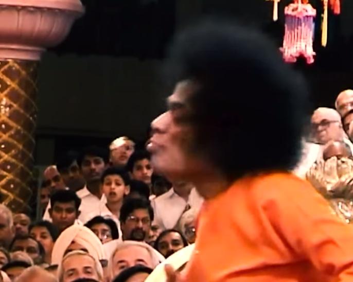 بالفيديو ..  من هو ساتيا ساي بابا ..  الواعظ الهندوسي الذي يبيض من فمه ذهباً؟