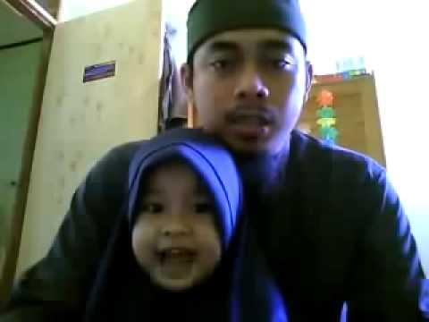 بالفيديو   ..  رجل وابنته يذهلان الناس في قراءة القرآن
