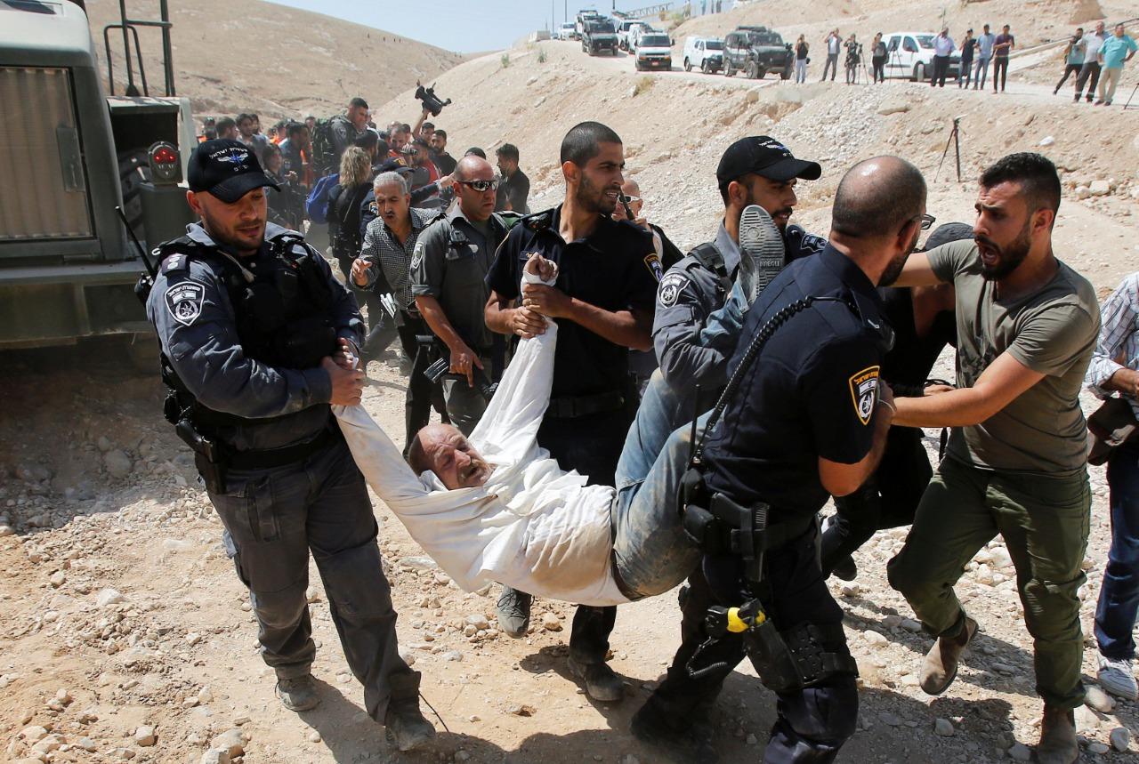قوات الاحتلال تعتدي على كبار السن والنساء في تجمع الخان الأحمر
